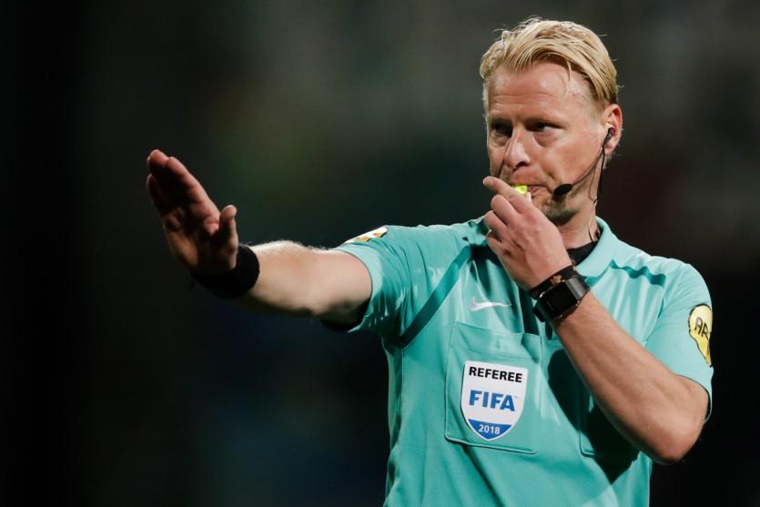 Kevin Blom fluit opening tegen FC Utrecht in Cars Jeans Stadion