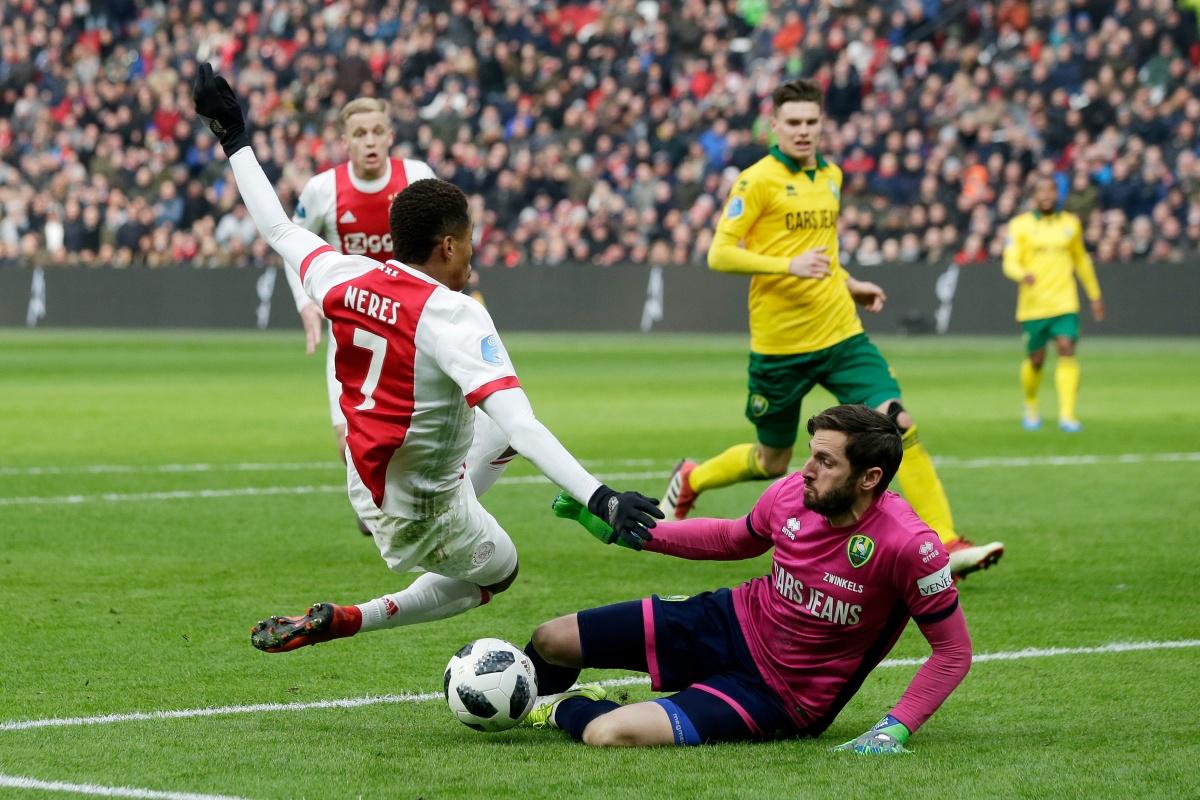ADO Den Haag verovert knap punt bij Ajax